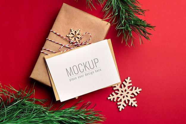 Kerst wenskaart mockup met geschenkdozen en houten decoraties