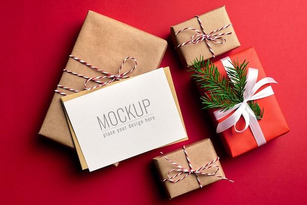 Kerst wenskaart mockup met versierde geschenkdozen papier achtergrond