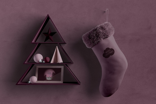 Kerstboomvorm op muur met sok naast