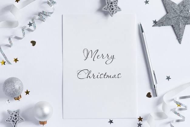 Kerstdecoratie en merry christmas op een papier