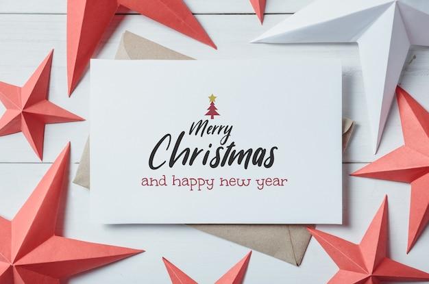 Kerstkaart en kerst ornament en decor op witte houten plank