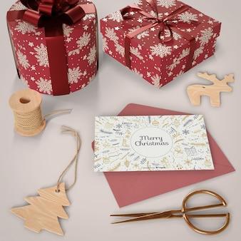 Kerstkaart met geschenken naast