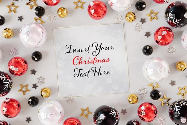 Kerstkaart op wit oppervlak met kerst ornamenten mockup