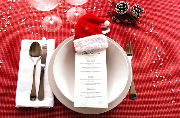 Kerstmenu mockup met serviesgoed