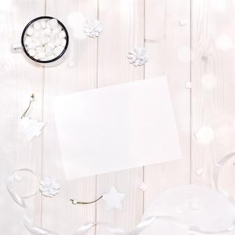 Kerstmis met kaartmodel en witte decoratie op houten lijst