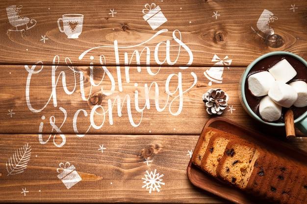 Kerstmis warme chocolademelk en cake met kopie ruimte
