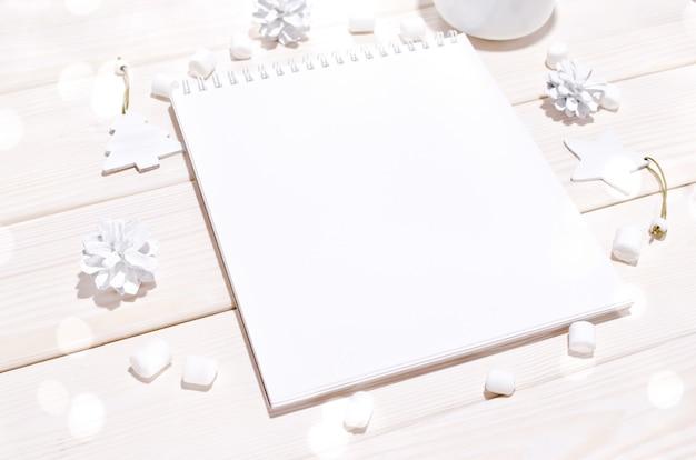 Kerstmissamenstelling met blocnotemodel met witte decoratie