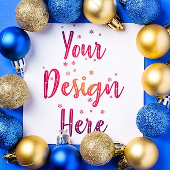 Kerstmissamenstelling met witte vierkante exemplaarruimte. kleurrijk ornament en snuisterijendecoraties. mockup wenskaartsjabloon