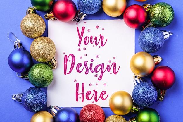 Kerstmissamenstelling met witte vierkante exemplaarruimte, kleurrijke ornamenten en snuisterijen