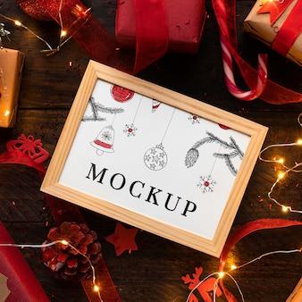 Kerstmodel in een lijst en snoepriet