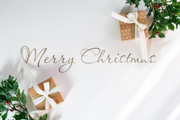 Kerstmodel met geschenkdozen en hulsttakken