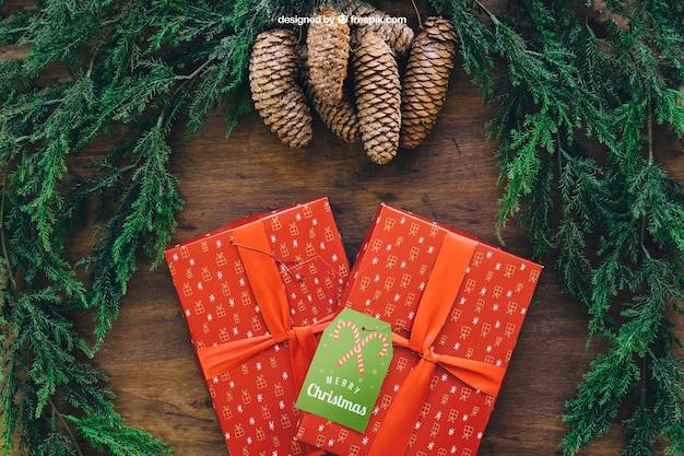 Kerstmodel met twee geschenkdozen