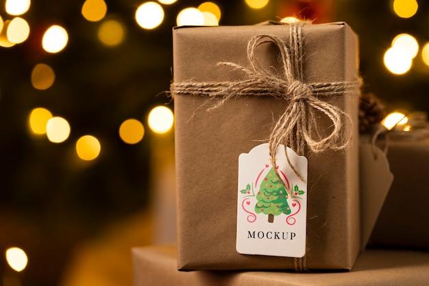 Kerstmodel verpakt cadeau met label