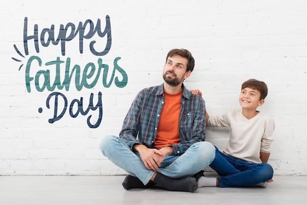 Kind dat gelukkige vaderdag wenst te vaderen