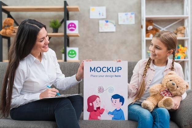 Kind en vrouw met een mock-up klembord medium shot