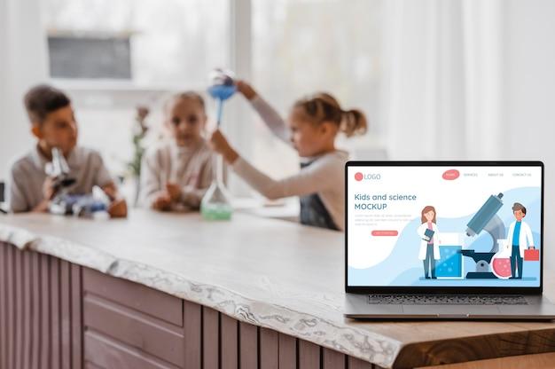 Kinderen in wetenschapsklas met laptopmodel