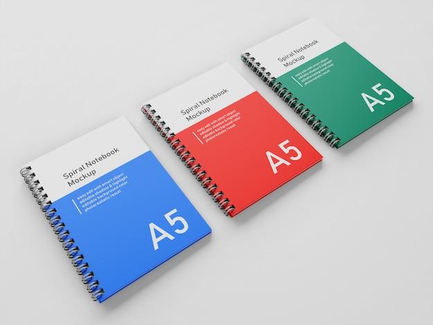 Klaar om te gebruiken drie zakelijke hardcover spiraal a5 binder notebook mock up ontwerpsjabloon in perspectief bekijken