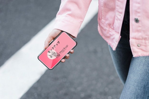 Klant die mobiele app gebruikt en op straat loopt mock-up