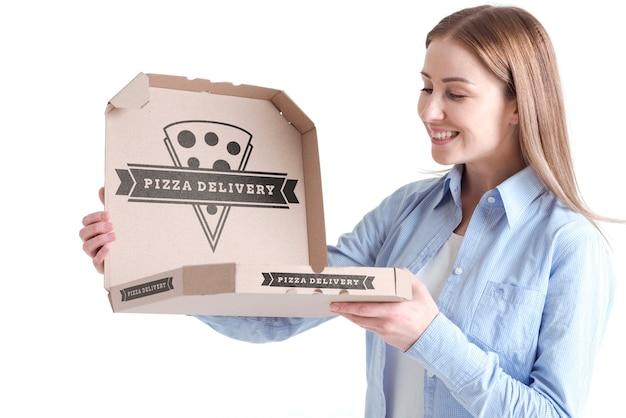 Klantvrouw die de doos van de leveringspizza houden