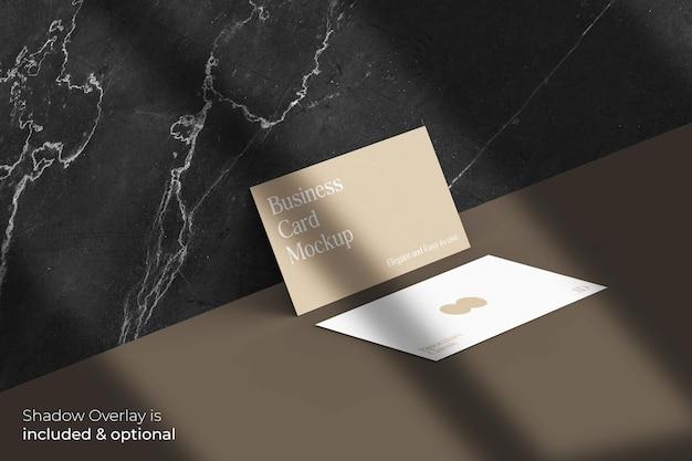 Klassiek elegant visitekaartmodel met schaduwoverlay op marmeren muur