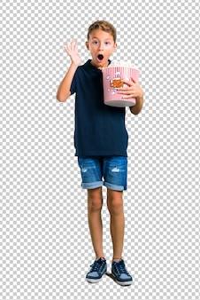Klein kind dat popcorns eet