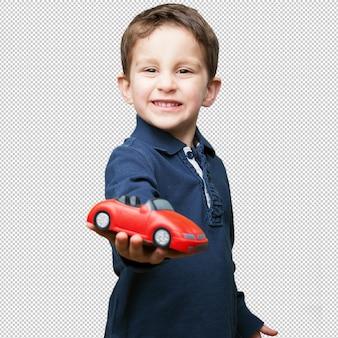 Klein kind met een rode auto speelgoed