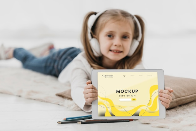 Klein meisje in bed met tablet