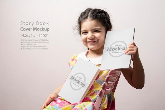 Klein meisje met boeken met twee verhalen en blanco omslagen