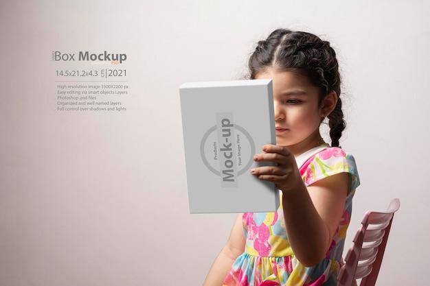 Klein meisje met een hardbox in de hand