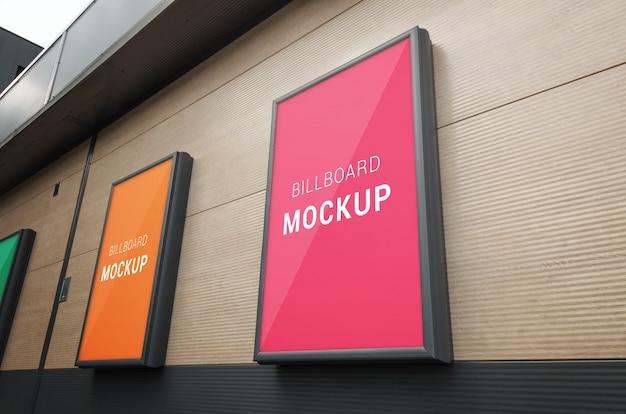 Klein reclamebordenmodel met kader op winkelcomplexmuur
