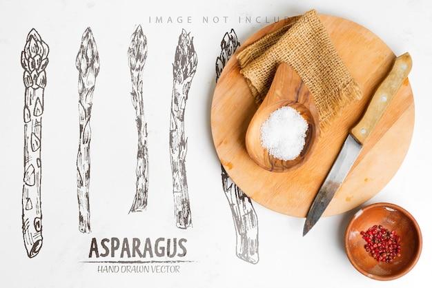 Kleine houten kommen met natuurlijk zout en rode chilipeper op een houten snijplank en mes voor het bereiden van zelfgemaakt vers voedsel op een lichtgrijs marmeren oppervlak kopie ruimte bovenaanzicht