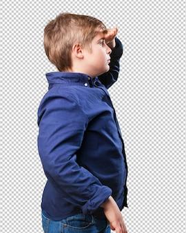 Kleine jongen die ver kijkt
