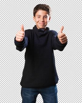 Kleine jongen doet okey symbool
