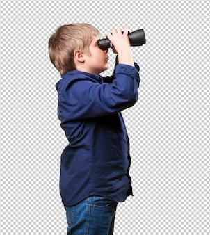 Kleine jongen met een verrekijker