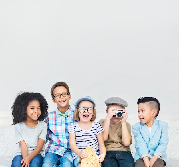 Kleine jongens jonge groep kinderen kinderen vintage vriendschap