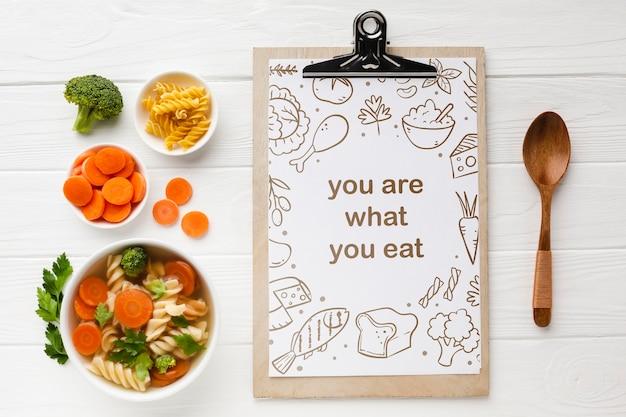 Klembord met biologische groenten naast