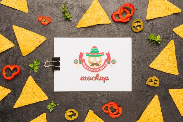 Klembord omgeven door tortillachips en ingrediënten