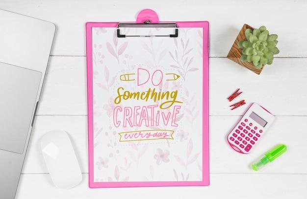 Klembord op bureau met inspirerend bericht