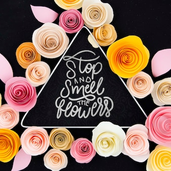 Kleurrijk bloemenframe met motiverend bericht