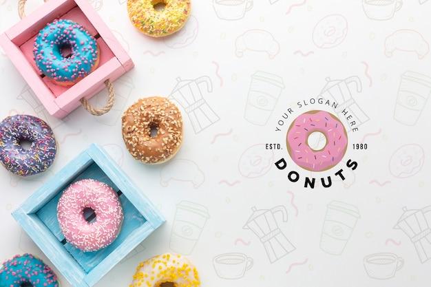 Kleurrijk donutsassortiment met model