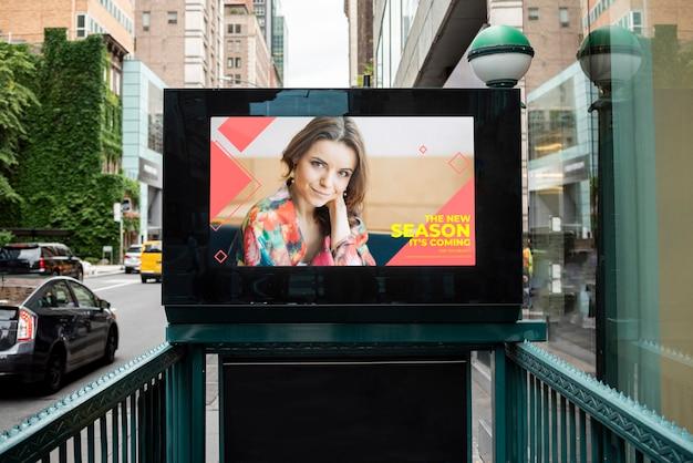 Kleurrijk reclamebord met model