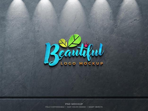Kleurrijk reflecterend glazen logomodel op ruwe stoffige betonnen muur