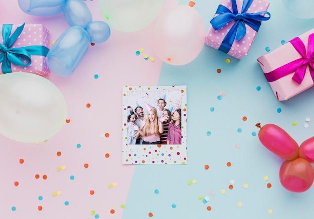Kleurrijke ballonnen met confetti en foto's