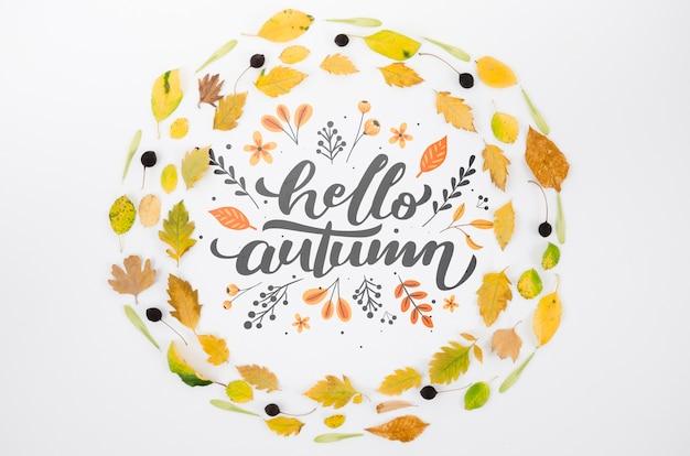 Kleurrijke bladeren die hallo herfst omcirkelen