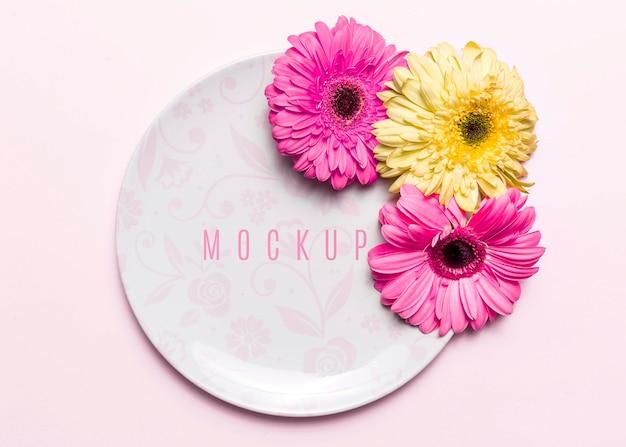 Kleurrijke bloemen op plaat
