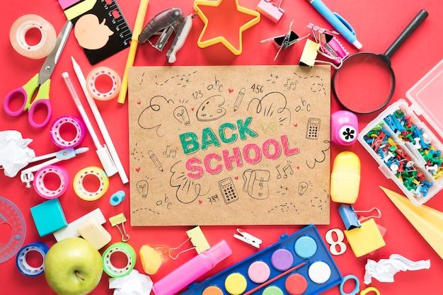 Kleurrijke leveringen voor school op rode achtergrond