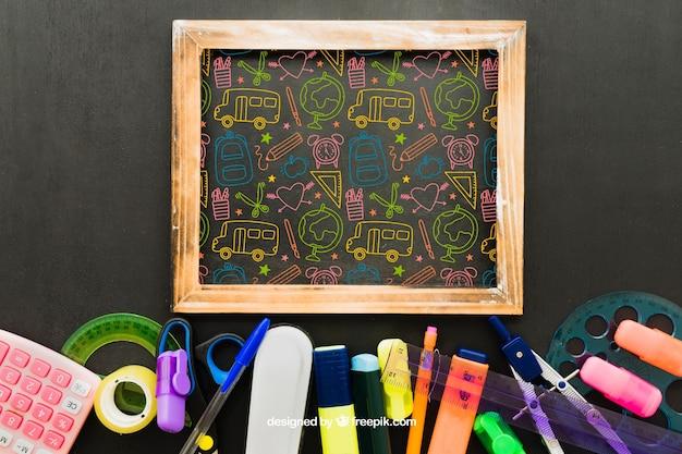 Kleurrijke tekening op het schoolbord en schoolmateriaal