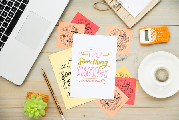 Kleverige nota's op bureau met positieve berichten