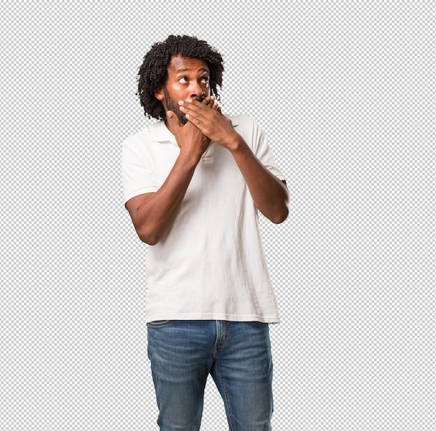 Knappe afrikaanse amerikaan die mond behandelt, symbool van stilte en onderdrukking, die niets proberen te zeggen