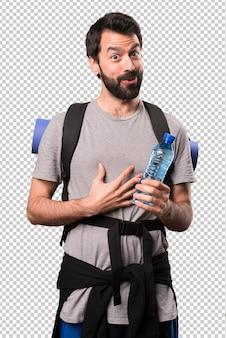 Knappe backpacker met een fles water